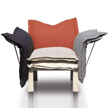 The five cushions of the multifuncional Xarxa Sofa may be arranged in various way. Design Marti Guixe
