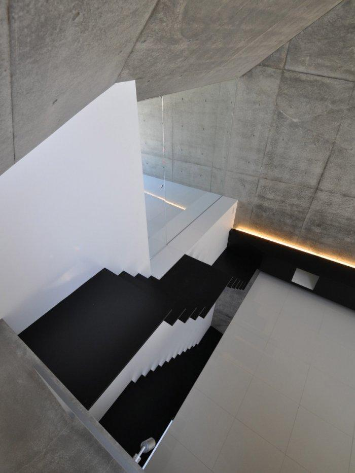 The inner staircase to the secong floow.