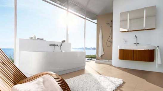 A fantastic scenery can be viewed from this cozy bathroom.