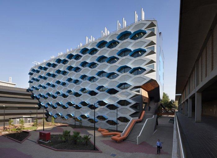 Modern Educational Building Design - The La Trobe LIMS