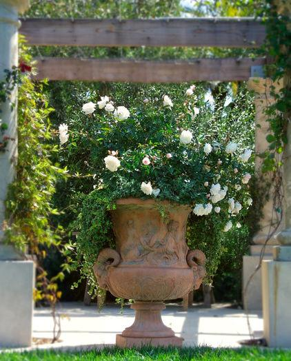 Beau How To Decorate Your Garden With Outdoor Garden Clay Pot Full Of White Roses