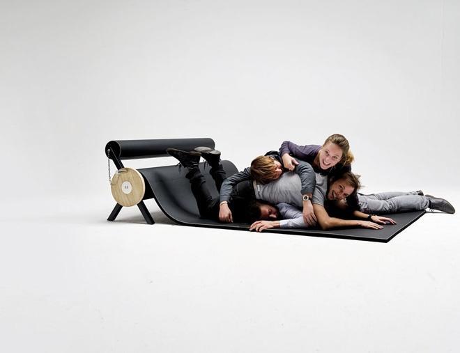 Modern Concept Furniture - Family sitting on the floor on KARPETT
