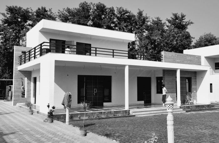 Contemporary house architecture chattarpur farm house for Indian house portico design