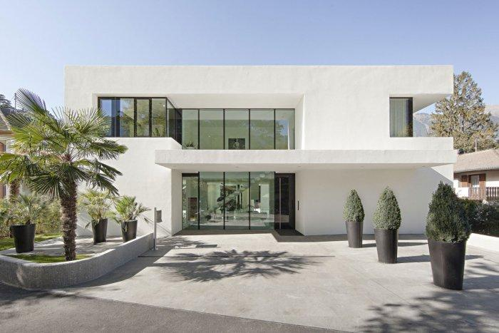 House's main entrance form a concrete ground - Contemporary House Architecture of a Home in Milan, Italy