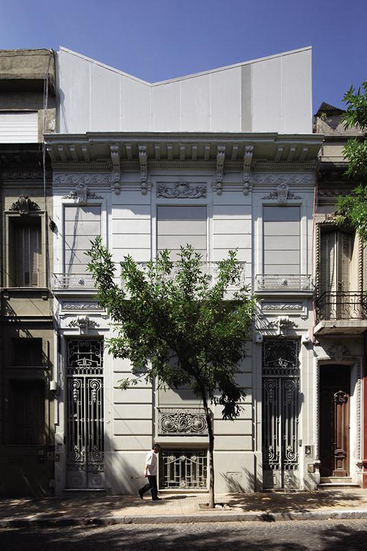 Classical Argentinean facade - Small House Minimalist Architecture in Buenos Aires