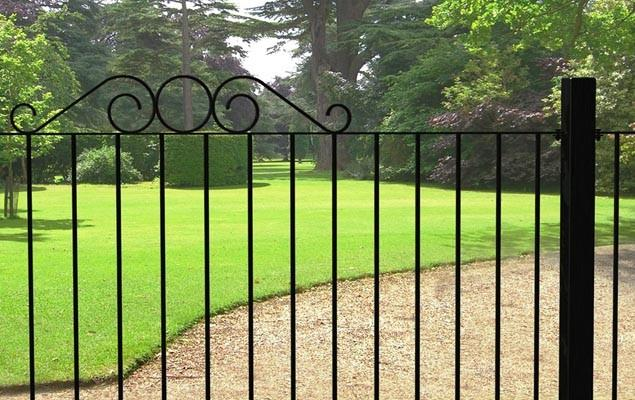 Decorative Garden Hedge Fence Ideas, Tips and Examples