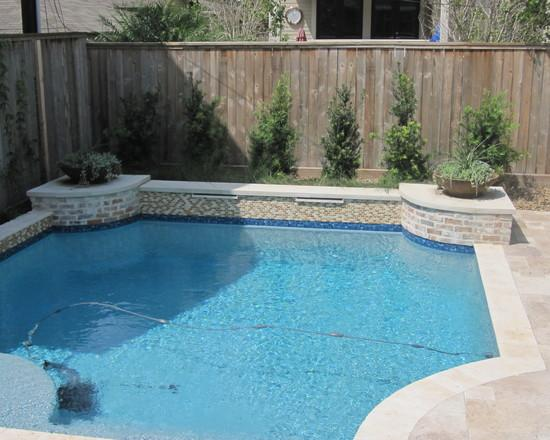 How to place a garden swimming pool in a small yard for Big swimming pools for gardens
