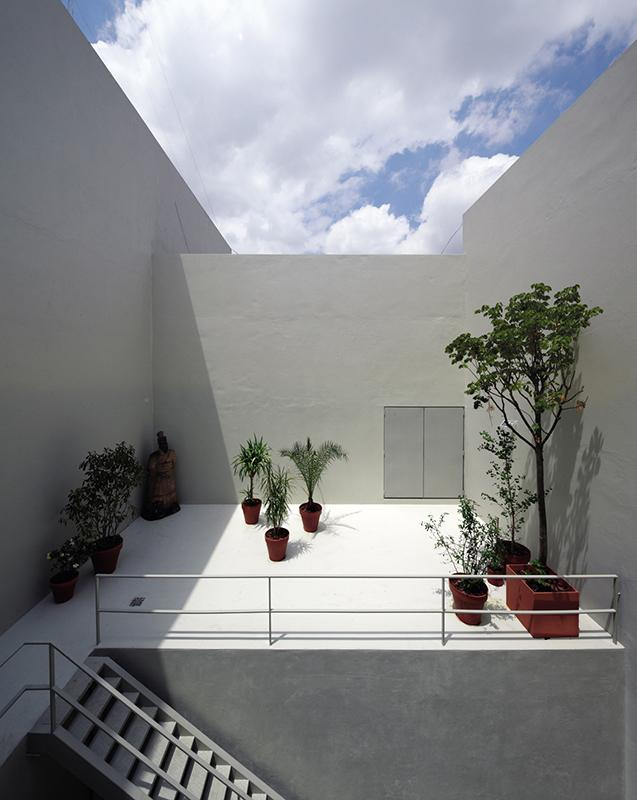 Minimalist terrace architecture - Small House in Buenos Aires