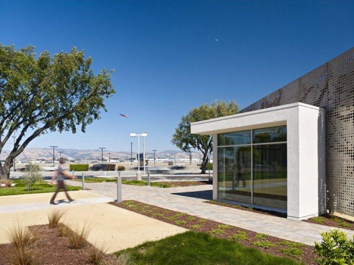 The front yard of the office building- Contemporary Office Architecture - One Workspace by Design Blitz