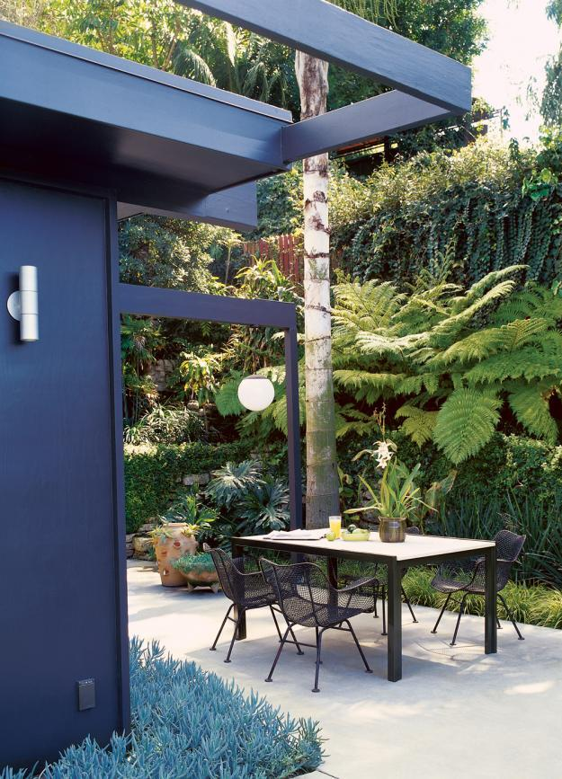 Small minimalist house with outdoor dining area - 8 Trendy Garden Ideas for Eating, Playing and Relaxing