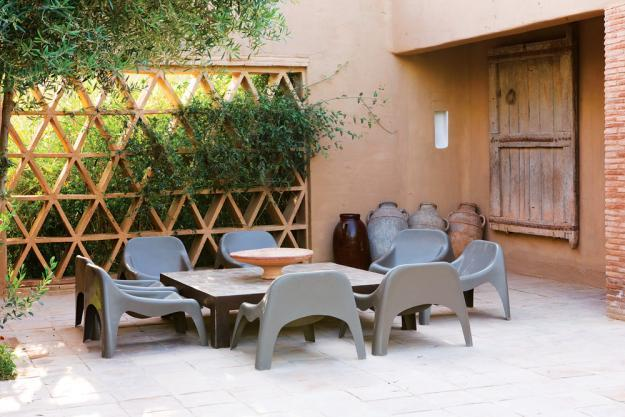 Small patio with a set of dining table and chairs - 8 Trendy Garden Ideas for Eating, Playing and Relaxing