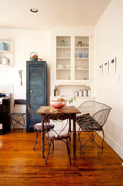 Small wooden table and wrought iron chairs - Ideas and Examples