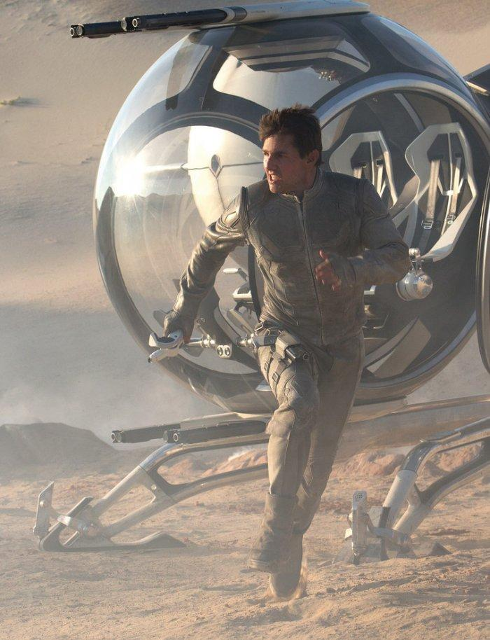 """Tom Cruise as a technician from the future - Concept of Earth Living in """"Oblivion"""""""