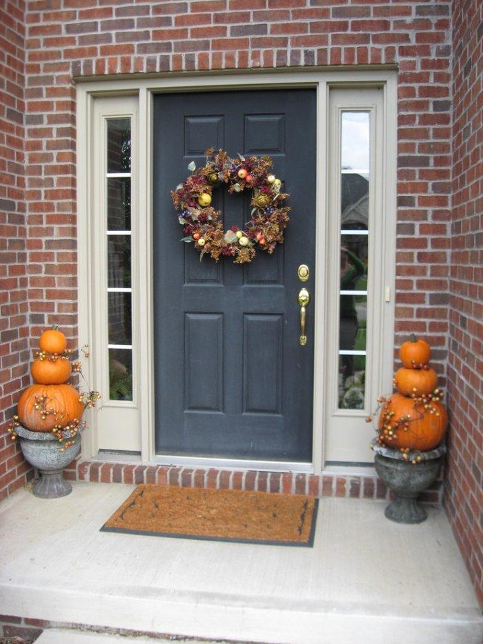 Halloween pumpkins placed in antique vases- 36 Ideas for Your Home