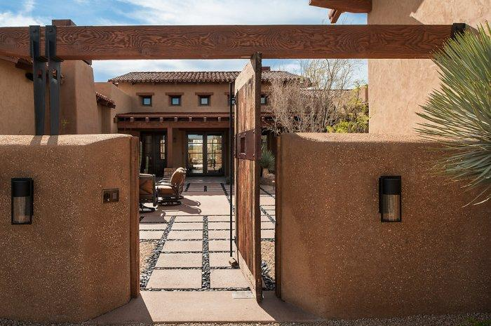 A view to the courtyard from outside - Luxury Rustic Family Desert House in Arizona