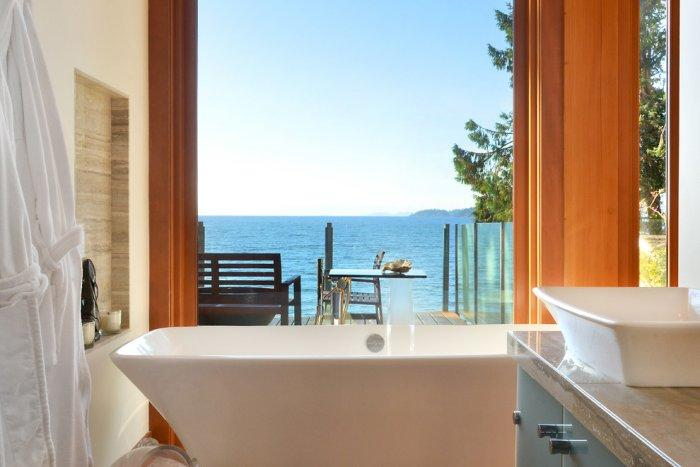 A bathtub with a view to the Pacific ocean - The Dream Coastal House