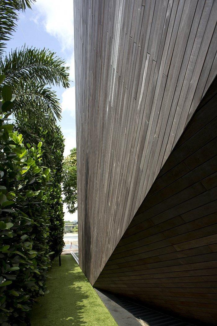 Ironwood facade - The Contemporary Diamond House by Formwerkz Architects