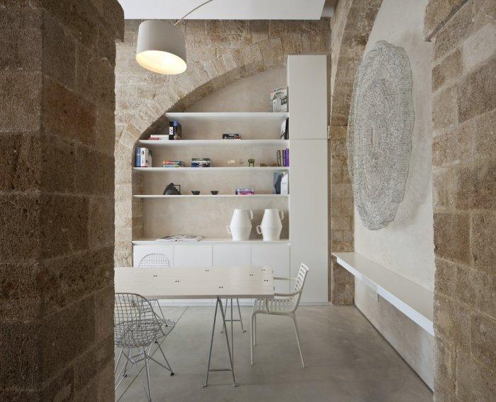 Contemporary wooden bookslehves and wall decorations - Spectacular Ancient Seaside Penthouse in Tel Aviv