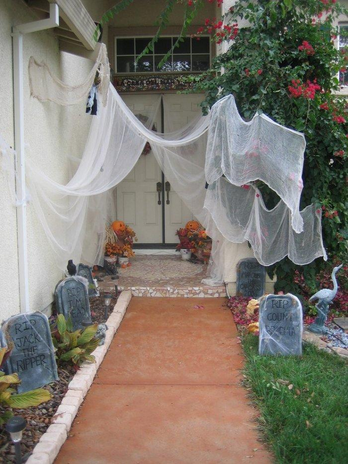 House front yard transformed into a graveyard for Halloween - 36 Ideas for Your Home