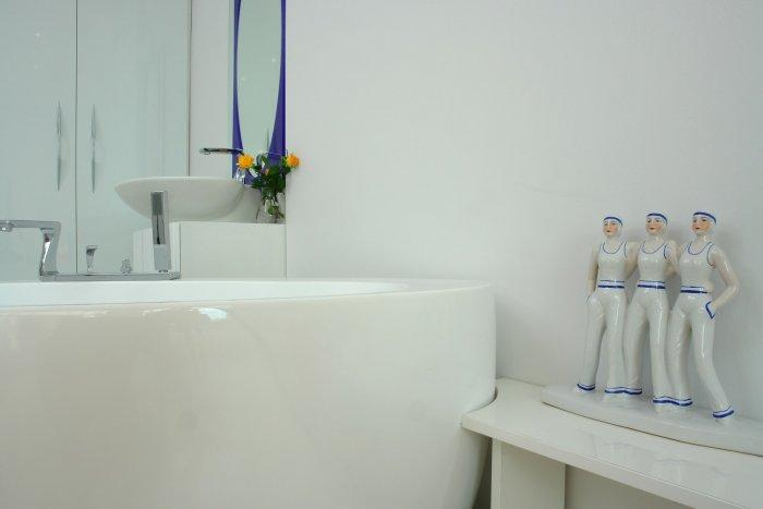 Porcelain figurines decorate the bathroom - a Family Apartment in Budapest