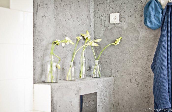 Transparent vases decorating the toilet - Unique Eclectic Home Interior
