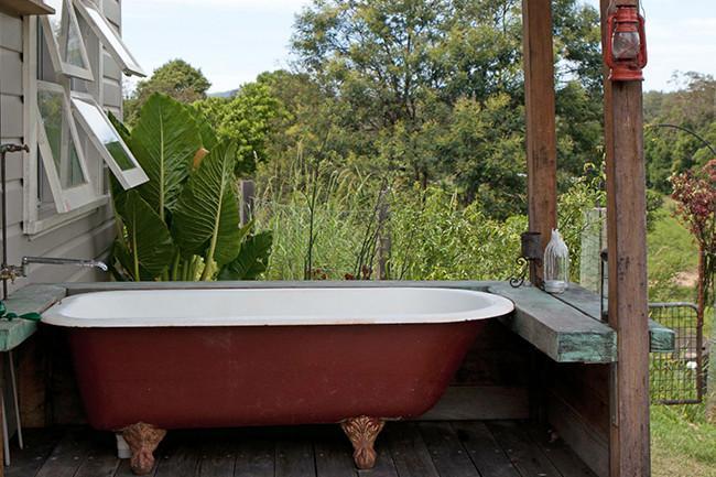 Vintage bathtub placed at the veranda - 8 Interesting Decoration Ideas