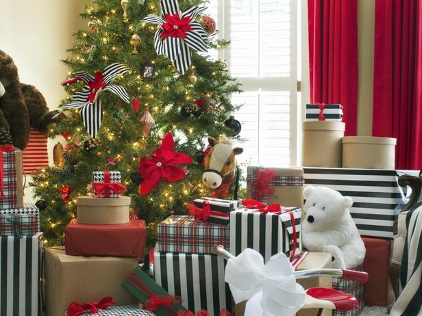 Christmas gifts wrapped in black and white paper - Stylish Home Decoration Ideas in opposite colors