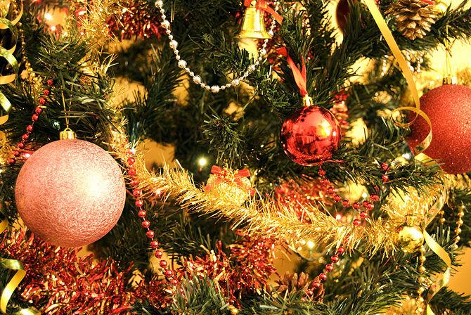 Garlands, ornaments and lights - How to Set the Christmas Tree Decoration Properly