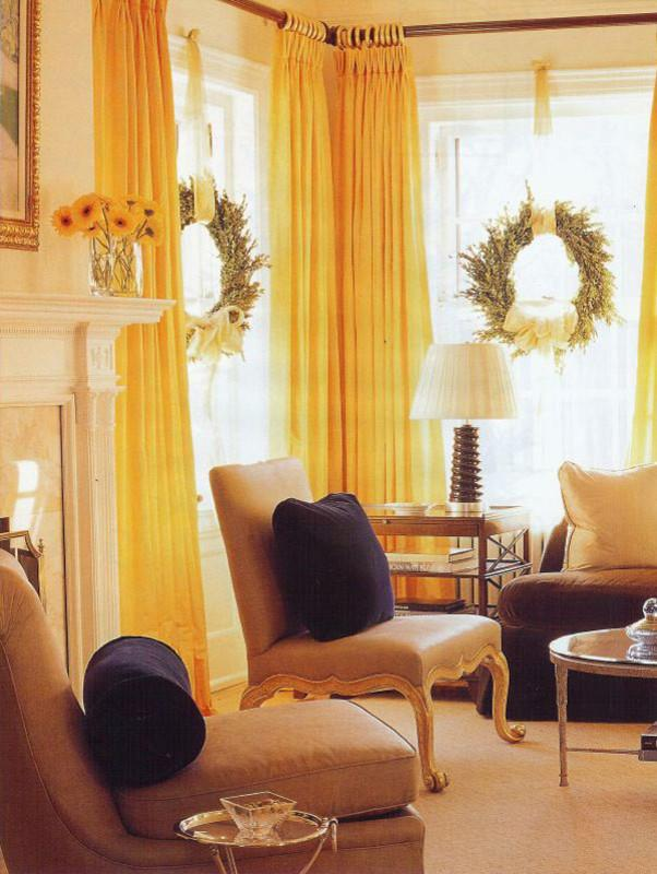 10 simple and elegant christmas decorating ideas founterior for How to decorate living room window for christmas