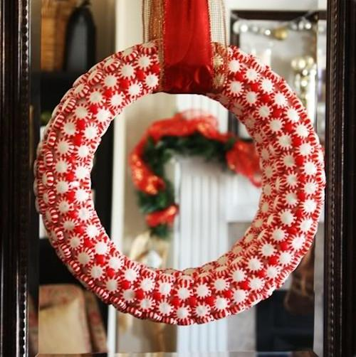 Clever peppermint wreath-30 Easy and Simple DIY Christmas Decoration Ideas