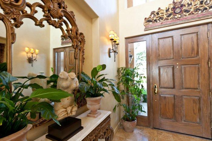 Mediterranean style entrance hall with beautiful ornamented mirror - Mansion in California in Italian Style