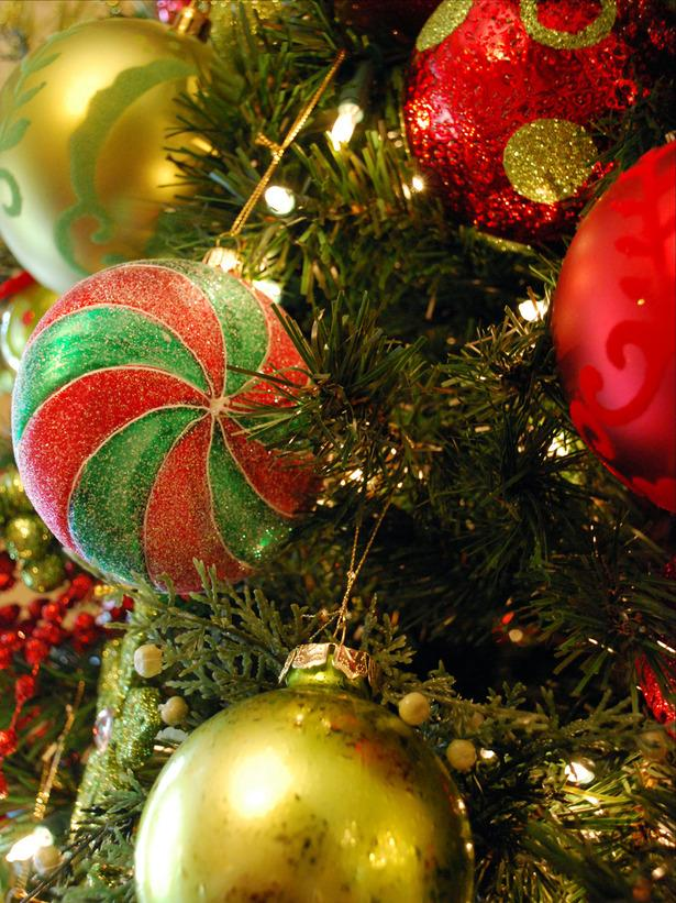Shiny Baubles in different colors- 20 Stylish and Elegant Ideas for Christmas Tree Decorations