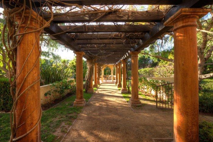 Beautiful Mediterranean colonnade - Mansion in California in Italian Style
