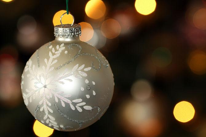 Beautiful decorative bulb in silver - How to Set the Christmas Tree Decoration Properly