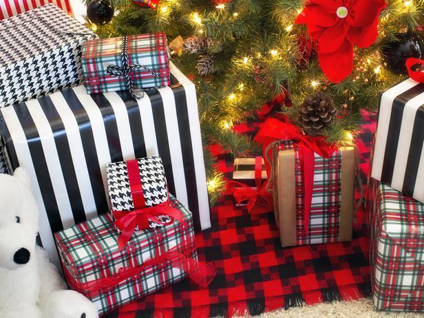Black and red colored Christmas tree skirt - Stylish Home Decoration Ideas in opposite colors