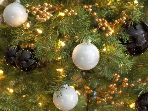 Black and white decorative Christmas tree balls - Stylish Home Decoration Ideas in opposite colors
