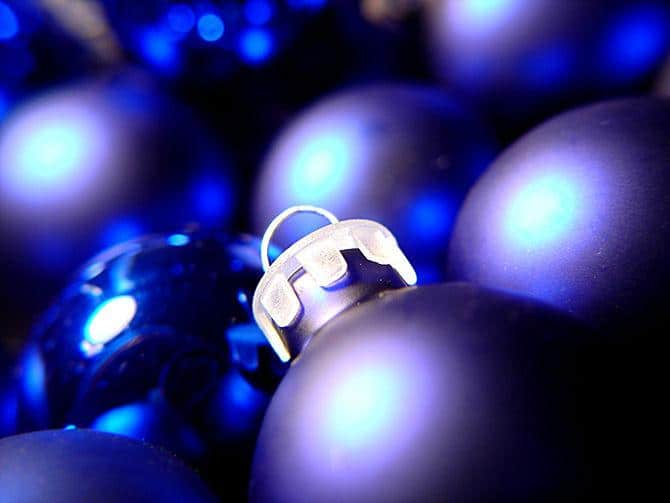Blue bulb - How to Set the Christmas Tree Decoration Properly