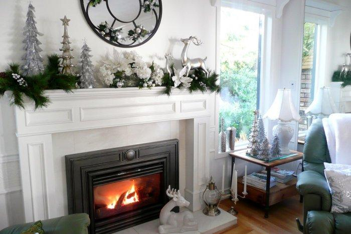 Clean, simple and elegant Christmas living room in white and silver - 15 Great Colorful Ideas for Home Decorations