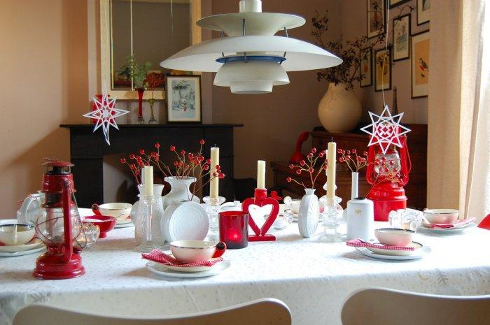 Lovely white and red Christmas dining table - 17 Scandinavian Examples of  Home Decorations