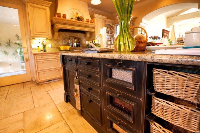 Luxury French limestone floor tiles - Mansion in California in Italian Style