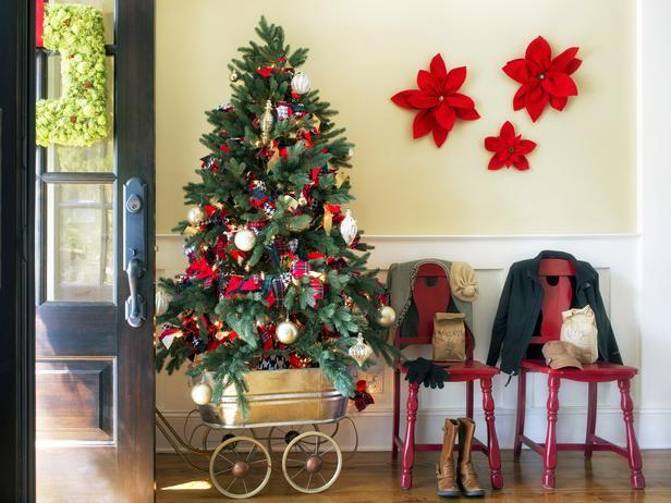 Mobile Christmas tree at the entryway - 20 Stylish and Elegant Ideas for Decorations