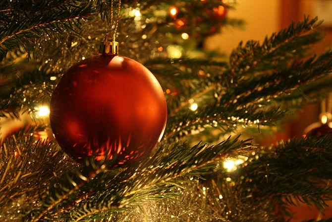Red ball - How to Set the Christmas Tree Decoration Properly