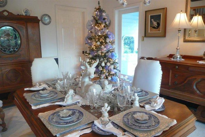 Romantic Christmas dining table in purple and white - 15 Great Colorful Ideas for Home Decorations