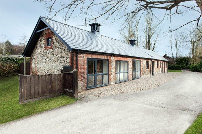 Rustic guesthouse in Hampshire, England - Old English Stable turned into Minimalist Guesthouse