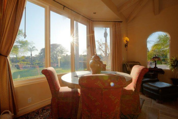 Sunny family room with a small rounded table and four comfortable chairs - Mansion in California in Italian Style