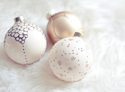 Sweet pink bulbs with shiny ornaments - How to Set the Christmas Tree Decoration Properly