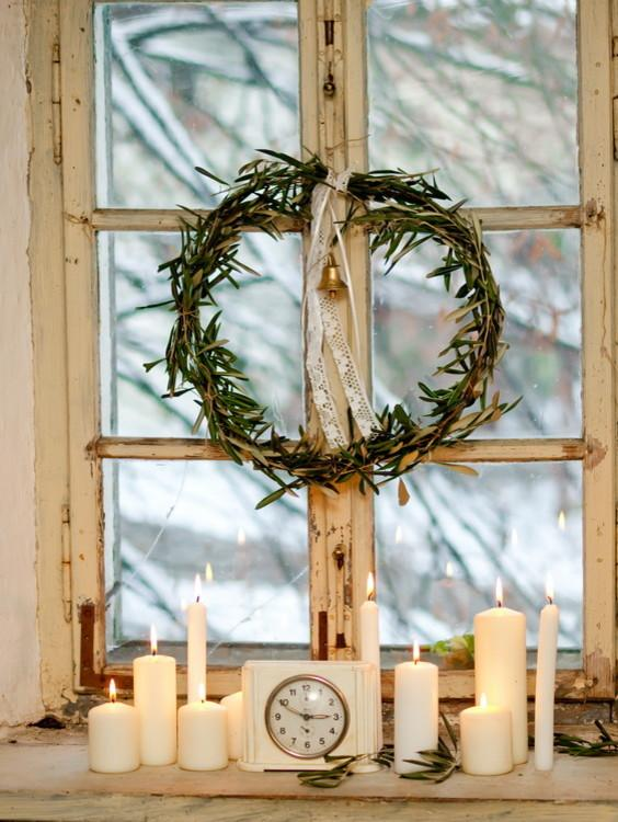 Windows wreath and candles make the Christmas spirit - 17 Scandinavian Examples of Home Decorations