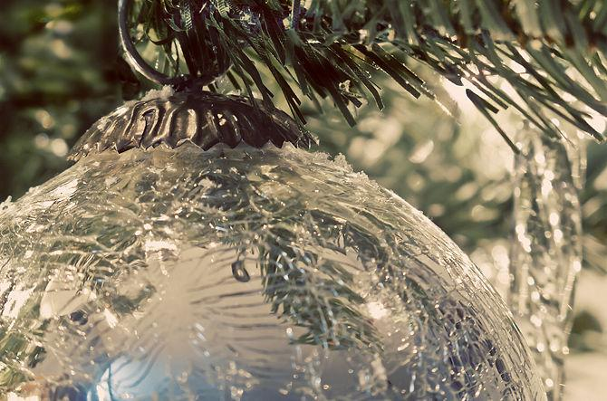 Winter tree bulb - How to Set the Christmas Tree Decoration Properly