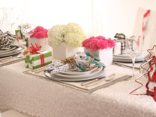A Contemporary Tabletop-36 Eye-Catching Ideas for a Holiday Table