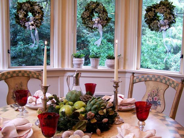 Bountiful Christmas table centerpiece - 24 Dazzling Settings for a Sparkling Holiday Night